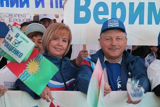 На фото мэр Братска Сергей Серебренников (справа) и спикер городской Думы Лариса Павлова на митинге в поддержку губернатора Сергея Ерощенко, лето 2015 года.