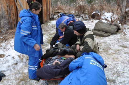 Хабаровские cотрудники экстренных служб эвакуировали раненого охотника изтайги