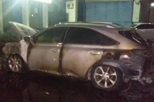 В Ангарске ночью подожгли две иномарки