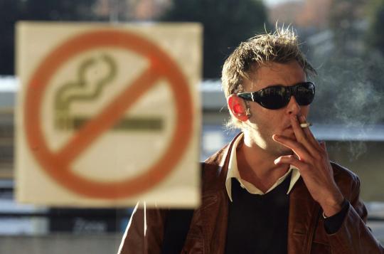 С14октября волгоградцам запретят курить на дорогах
