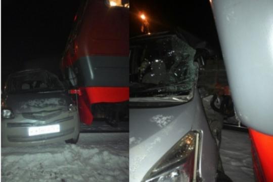 ВКрасноярском крае после столкновения сэлектричкой умер шофёр иномарки