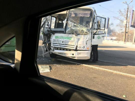 Насъезде сГлазковского моста столкнулись два автобуса