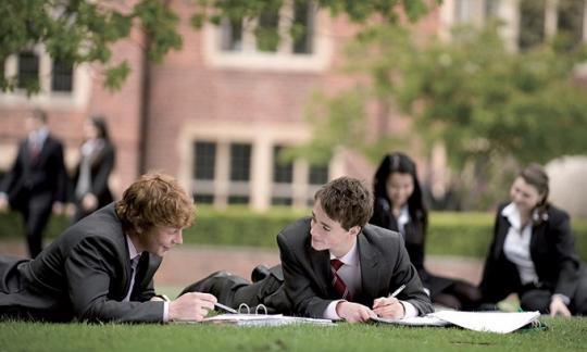 Русским студентам посоветовали перевестись из институтов Англии вМГИМО