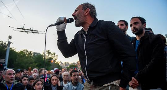 Десятки людей собрались вцентре Еревана перед началом совещания парламента
