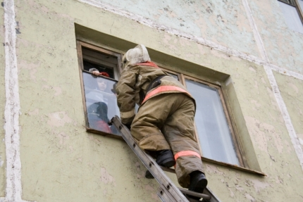 Норильские пожарные спасли троих детей изогня