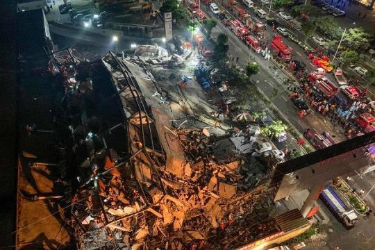 В КНР  из-под завалов карантинной гостиницы спасают людей